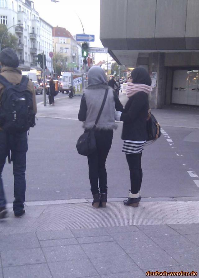 Frauen mit Oben Kopftuch unten Mini Rock
