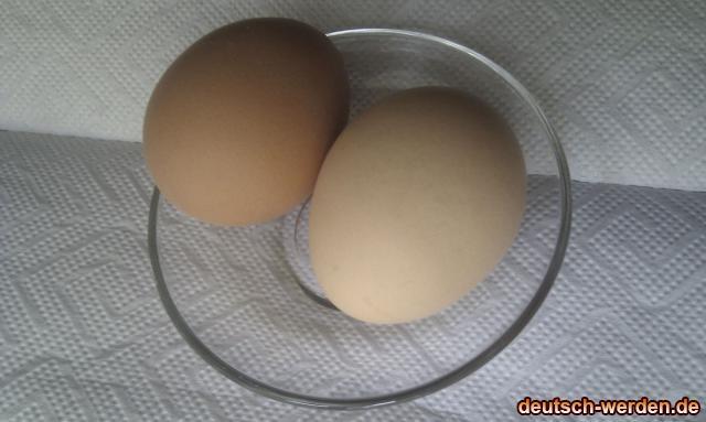 Nahaufnahme von gelb und weissen Eier